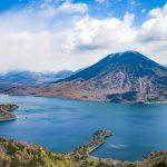 新緑の中禅寺湖と男体山